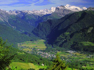 SamoÎns, la vallÈe du Giffre et le Mont-Blanc en arriËre plan